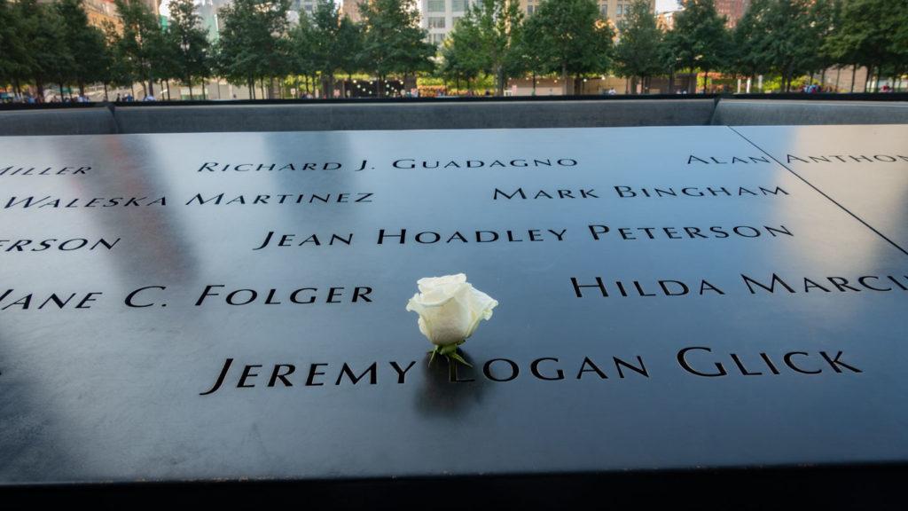 Alla omkomna vars födelsedag det är får en vit ros vid sitt namn. Jeremy och jag delar födelsedag...