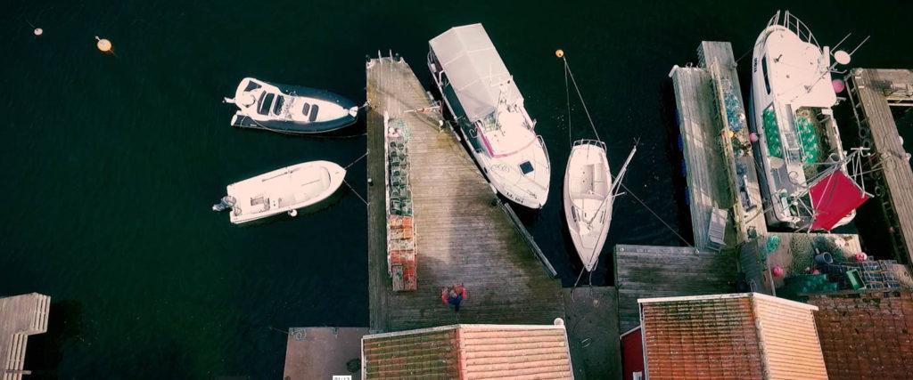 Drönarbild över en fiskebod i hamnen i Fiskebäckskil.