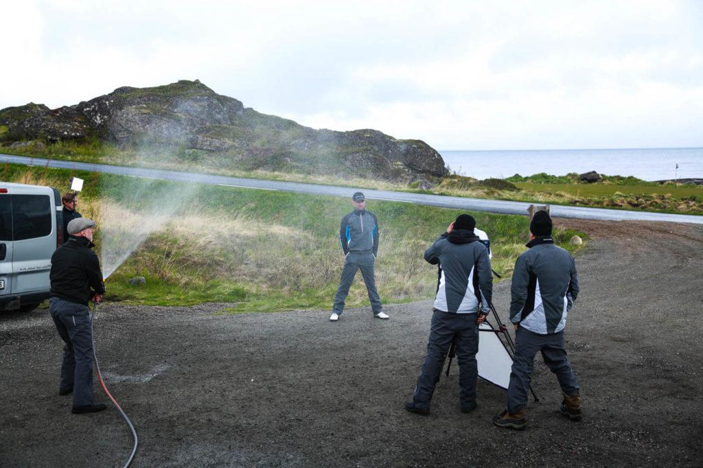 Vi skapar regn under inspelningen av filmer till Galvin Green på Lofoten Links.