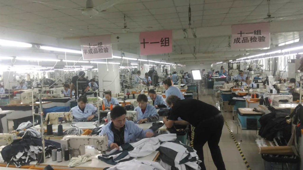 Mattias Brännholm och Roy Rossovich på inspelning i fabriken i Shanghai där Galvin Green producerar sin kläder.