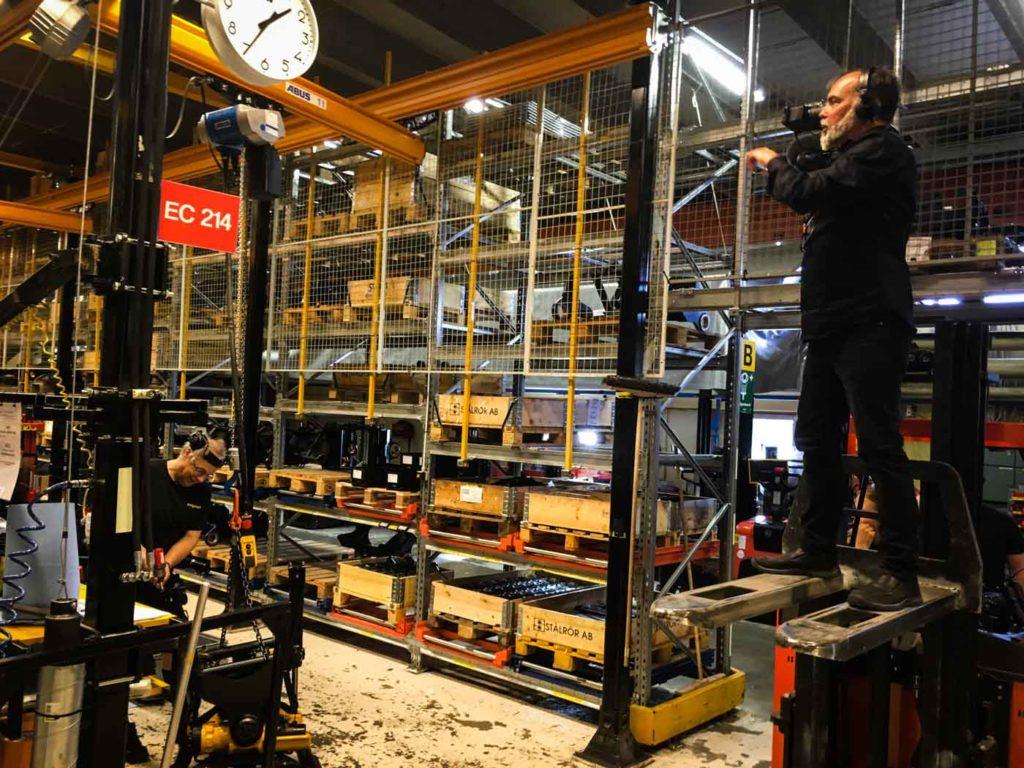 Niklas Forshell filmar på engcons fabrik i Strömsund, Jämtland.