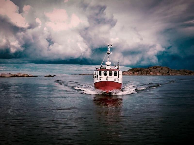 Hummerfiske har säsongspremiär i slutet av september varje år. Den här filmen följer fiskaren Björn Södergren under premiären utanför Fiskebäckskil.