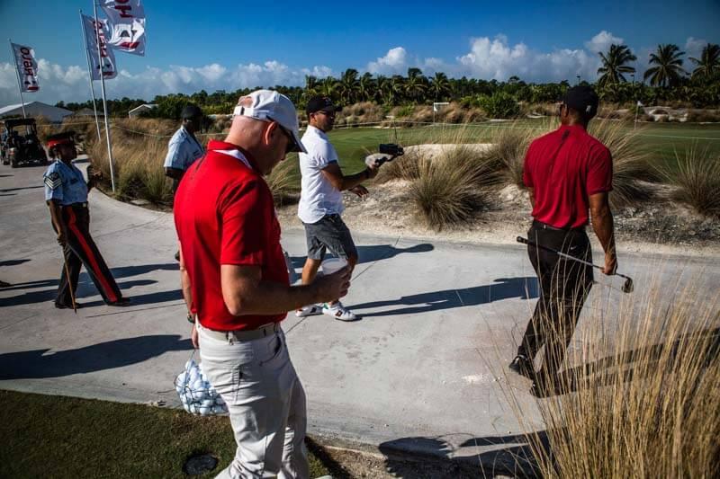 Tiger Woods ställer upp på slefie 25 minuter innan start på Hero World Challenge.