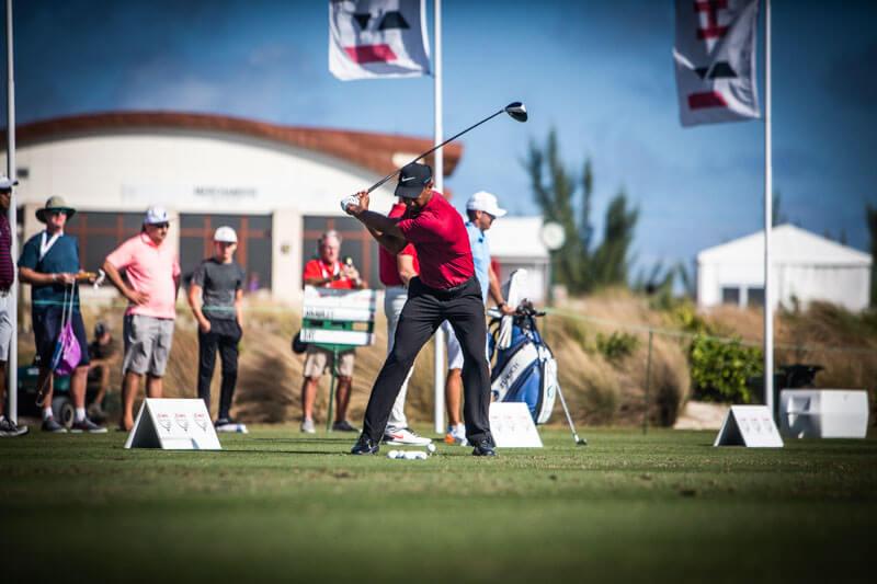 Den bästa golftävlingen att se som åskådare är Hero World Challenge på Bahamas. Här värmer Tiger Woods upp inför sista varvet.